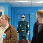 Suedkoreanischer Soldat bewacht Tuere nach Nordkorea